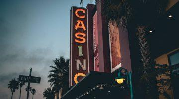 Guide til free spins Når man vil prøve seg på en online casino, er det mange måter å gjøre det på. Og selv om man kan spille for penger, er det absolutt ikke den eneste måten å gjøre det på. Ikke bare finnes det mange gratis muligheter til å spille, der man ikke trenger å betale i det hele tatt, men det finnes også gode muligheter hvis man vil ha en gratis start, men deretter ønsker å øke spenningen i den underholdningen spill på nett kan være, ved å spille litt for penger også. Når man vil underholde seg selv på nettet er det mange måter man kan gjøre dette på, enten det er i form av sosiale medier, strømmetjenester, nettsider med artikler eller videoer, eller man kan spille spill på nettet. Både gratis spill og pengespill er noe som finnes i overflod, og kampen om spillerne, som utspiller seg mellom de forskjellige casinoene, er noe som kommer spillerne til gode. Det er nemlig mange gratis bonuser og gratis spins til nye spillere når de registrerer seg. Dette gjør at casinoene konkurrerer mot hverandre for å få spillerne til å registrere seg på plattformen, og her kan man dermed velge bonuser og gratis spins, alt etter hva man liker best og hvilke spille man har lyst til å spille. Gratis spins er en av de tingene som det er virkelig mange spillere som velger, og er derfor en av de aller mest populære å tilby. Hva er egentlig gratis spins og hvor finner man dem? Det er mange som sikkert har hørt om gratis spins lenge før de faktisk begynner å benytte seg av dem. Gratis spins er helt kort fortalt en veldig populær type casino bonus, som gjør at man kan spille med casinoens penger, gratis, før man investerer noe selv. Dette gjør at man for eksempel kan se om man liker selve casinoen og de spillene som er der, før man bruker noen av sine egne penger. Så det er rett og slett mulighet til å spille gratis spill. Det finnes mange forskjellige typer gratis spins og man kan oppnå dem som ny spiller, ofte uten å gjøre et innskudd eller noe som helst, men det er alltid lurt å